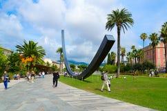 Σύγχρονη γλυπτική αψίδα Venet σύνθεσης στους κήπους Αλβέρτου I, Νίκαια, Γαλλία στοκ φωτογραφία με δικαίωμα ελεύθερης χρήσης