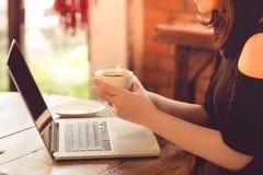Σύγχρονη γυναίκα που εργάζεται on-line στην εκλεκτής ποιότητας καφετερία Στοκ εικόνα με δικαίωμα ελεύθερης χρήσης