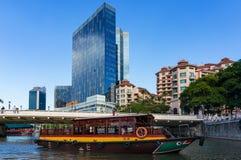 Σύγχρονη εικονική παράσταση πόλης της Σιγκαπούρης με την ιστορική κρουαζιέρα βαρκών Στοκ Εικόνες