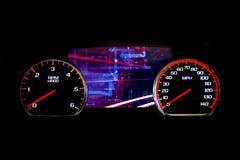 Σύγχρονη ελαφριά απόσταση σε μίλια αυτοκινήτων στο μαύρο υπόβαθρο φουτουριστικό Στοκ φωτογραφία με δικαίωμα ελεύθερης χρήσης
