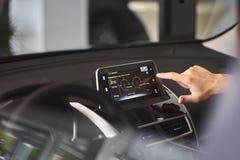 Σύγχρονη επίδειξη μέσων στο εσωτερικό του αυτοκινήτου Η οθόνη με τα πολυμέσα παρουσιάζει κατανάλωση καυσίμων στοκ φωτογραφία