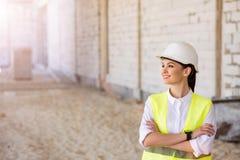 Σύγχρονη επιχείρηση οικοδόμησης και ένας εργαζόμενος Στοκ εικόνες με δικαίωμα ελεύθερης χρήσης