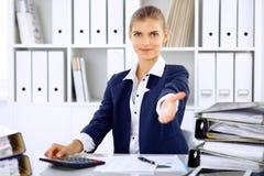 Σύγχρονη επιχειρησιακή γυναίκα ή βέβαιος θηλυκός λογιστής που προσφέρει το χέρι βοηθείας στοκ φωτογραφίες