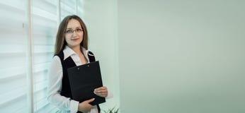 Σύγχρονη επιχειρησιακή γυναίκα στο γραφείο με το διάστημα αντιγράφων, επιχείρηση wom Στοκ εικόνα με δικαίωμα ελεύθερης χρήσης