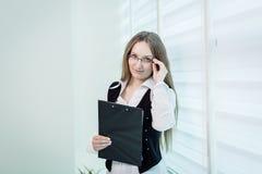 Σύγχρονη επιχειρησιακή γυναίκα στο γραφείο με το διάστημα αντιγράφων, επιχείρηση wom Στοκ φωτογραφία με δικαίωμα ελεύθερης χρήσης