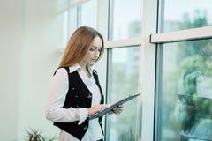 Σύγχρονη επιχειρησιακή γυναίκα στο γραφείο με το διάστημα αντιγράφων, επιχείρηση wom Στοκ εικόνες με δικαίωμα ελεύθερης χρήσης