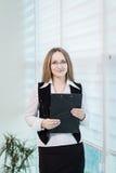 Σύγχρονη επιχειρησιακή γυναίκα στο γραφείο με το διάστημα αντιγράφων, επιχείρηση wom Στοκ Φωτογραφία