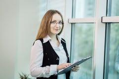 Σύγχρονη επιχειρησιακή γυναίκα στο γραφείο με το διάστημα αντιγράφων, επιχείρηση wom Στοκ Φωτογραφίες