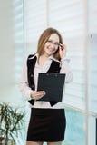 Σύγχρονη επιχειρησιακή γυναίκα στο γραφείο με το διάστημα αντιγράφων, επιχείρηση wom Στοκ φωτογραφίες με δικαίωμα ελεύθερης χρήσης