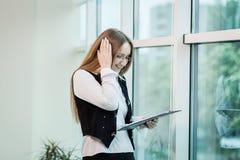 Σύγχρονη επιχειρησιακή γυναίκα στο γραφείο με το διάστημα αντιγράφων, επιχείρηση wom Στοκ Εικόνες