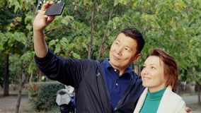 Σύγχρονη ερωτευμένη λήψη ζευγών selfie στην έξυπνη τηλεφωνική κάμερα, που αγκαλιάζει από κοινού απόθεμα βίντεο
