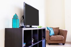 Σύγχρονη εσωτερική έξυπνη TV καθιστικών, velour πολυθρόνα, μαξιλάρια ράφι, αραβικό φανάρι Χλεύη επάνω Έννοια σχεδίου Στοκ φωτογραφία με δικαίωμα ελεύθερης χρήσης