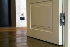 Σύγχρονη εσωτερική λεπτομέρεια σπιτιών με το ξύλινο πάτωμα παρκέ και την άσπρη πόρτα Διαμέρισμα μετά από την κινηματογράφηση σε π στοκ εικόνα