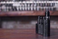 Σύγχρονη ηλεκτρονική vaping συσκευή νεαρών δικυκλιστών mech Στοκ φωτογραφία με δικαίωμα ελεύθερης χρήσης