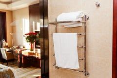 Σύγχρονη θερμαμένη ράγα πετσετών κεραμωμένος στο ξενοδοχείο στοκ φωτογραφία με δικαίωμα ελεύθερης χρήσης