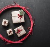 Σύγχρονη κάρτα Χριστουγέννων με τα ειδικά δώρα για τους αγαπημένους αυτούς σας Στοκ Φωτογραφίες