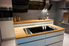 Σύγχρονη καθιερώνουσα τη μόδα άσπρη ξύλινη κουζίνα σχεδίου Στοκ φωτογραφίες με δικαίωμα ελεύθερης χρήσης