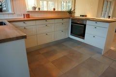 Σύγχρονη καθιερώνουσα τη μόδα άσπρη ξύλινη κουζίνα σχεδίου Στοκ Εικόνες