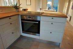 Σύγχρονη καθιερώνουσα τη μόδα άσπρη ξύλινη κουζίνα σχεδίου Στοκ εικόνες με δικαίωμα ελεύθερης χρήσης