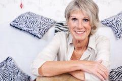 Σύγχρονη καθιερώνουσα τη μόδα ανώτερη γυναίκα Στοκ εικόνες με δικαίωμα ελεύθερης χρήσης