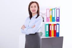 Σύγχρονη και μοντέρνη επιχειρησιακή γυναίκα στην αρχή με το διάστημα και τη χλεύη αντιγράφων επάνω Δάσκαλος στο πανεπιστήμιο Εργα Στοκ Εικόνες