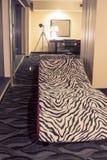 Σύγχρονη και μοντέρνη μακριά έδρα χαλάρωσης στο εσωτερικό διαβίωσης στοκ φωτογραφία με δικαίωμα ελεύθερης χρήσης