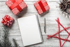 Σύγχρονη και σύνθετη ρύθμιση δώρων στο άσπρο υπόβαθρο, για τα Χριστούγεννα, με το λευκό πίνακα μηνυμάτων, τη κάρτα Χριστουγέννων  Στοκ Εικόνες