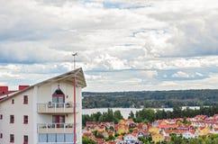Σύγχρονη κατοικημένη γειτονιά που περιβάλλεται από τη φύση Στοκ Φωτογραφίες