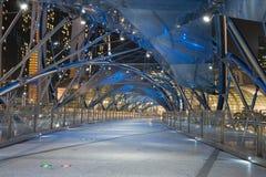 Σύγχρονη κενή φουτουριστική γέφυρα τη νύχτα Στοκ Εικόνες