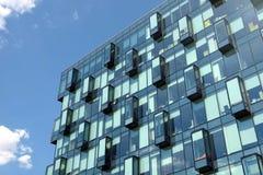 Σύγχρονη κινηματογράφηση σε πρώτο πλάνο μπροστινής άποψης τοίχων γυαλιού κτιρίου γραφείων Στοκ Εικόνα