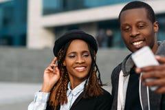 Σύγχρονη κοινωνική επικοινωνία μαύρο ζεύγος ευτυχές στοκ εικόνες