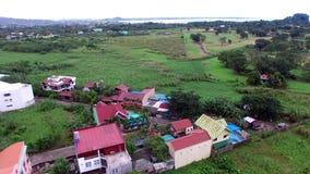 Σύγχρονη κοινότητα κατοικίας στο πόδι της κεραίας κηφήνων τροπικών δασών βουνών φιλμ μικρού μήκους