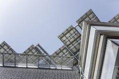 Σύγχρονη κορυφή κτηρίου με το συλλέκτη ήλιων Στοκ Φωτογραφίες