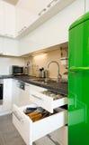 Σύγχρονη κουζίνα με τα ανοικτά συρτάρια Στοκ φωτογραφία με δικαίωμα ελεύθερης χρήσης