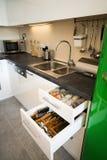 Σύγχρονη κουζίνα με τα ανοικτά συρτάρια Στοκ Εικόνες