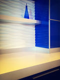 Σύγχρονη κουζίνα με τα μπλε γραφεία Στοκ Φωτογραφίες