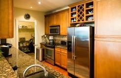 Σύγχρονη κουζίνα με το οψοφυλάκιο στοκ φωτογραφία με δικαίωμα ελεύθερης χρήσης