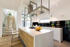 Σύγχρονη κουζίνα στο minimalistic διαμέρισμα Στοκ φωτογραφία με δικαίωμα ελεύθερης χρήσης