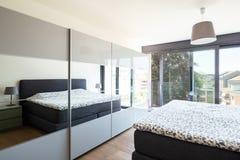 Σύγχρονη κρεβατοκάμαρα με τα έπιπλα, κομψός και πολυτελής στοκ εικόνες