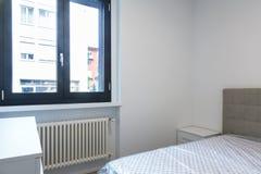 Σύγχρονη κρεβατοκάμαρα με το μεγάλο φωτεινό παράθυρο Στοκ φωτογραφία με δικαίωμα ελεύθερης χρήσης