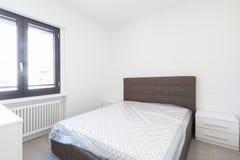 Σύγχρονη κρεβατοκάμαρα με το μεγάλο φωτεινό παράθυρο Στοκ Φωτογραφίες