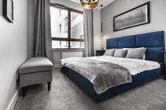 Σύγχρονη κρεβατοκάμαρα με το μπλε κρεβάτι στοκ εικόνα με δικαίωμα ελεύθερης χρήσης