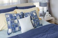 Σύγχρονη κρεβατοκάμαρα με το μπλε κρεβάτι και τα κίτρινα μαξιλάρια Στοκ φωτογραφία με δικαίωμα ελεύθερης χρήσης