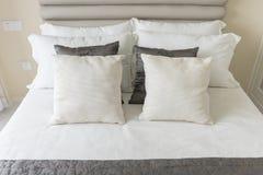 σύγχρονη κρεβατοκάμαρα με το σύνολο μαξιλαριών στο άσπρο κρεβάτι Στοκ φωτογραφία με δικαίωμα ελεύθερης χρήσης