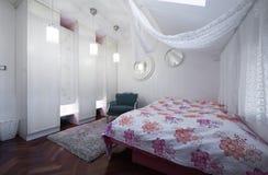Σύγχρονη κρεβατοκάμαρα στο διαμέρισμα σοφιτών Στοκ εικόνα με δικαίωμα ελεύθερης χρήσης