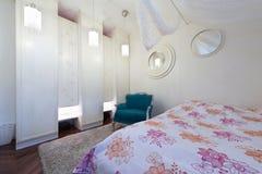 Σύγχρονη κρεβατοκάμαρα στο διαμέρισμα σοφιτών Στοκ Φωτογραφίες