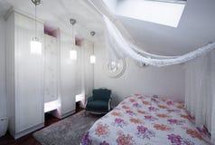 Σύγχρονη κρεβατοκάμαρα στο διαμέρισμα σοφιτών Στοκ εικόνες με δικαίωμα ελεύθερης χρήσης