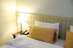 Σύγχρονη κρεβατοκάμαρα ύφους στο εσωτερικό ξενοδοχείων, λευκό μαξιλαριών Στοκ Εικόνα