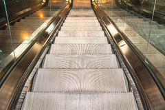 Σύγχρονη κυλιόμενη σκάλα στη λεωφόρο αγορών Στοκ Εικόνα