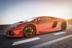 Σύγχρονη κόκκινη μεταλλική οδήγηση αθλητικών αυτοκινήτων γρήγορα στο δρόμο Γενικό, brandless Στοκ φωτογραφία με δικαίωμα ελεύθερης χρήσης
